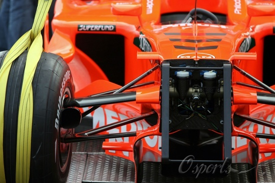 英国当地时间2月5日,世爵F1车队在英国银石赛道发布了车队的2007款新车,车队领队科勒斯(Colin Kolles)和全新的车手阵容阿尔博斯+舒蒂尔(Adrian Sutil)出席了新车发布仪式。由于世爵从米德兰手中全权接手了车队,因此新赛车也摒弃了原来以MF打头的命名方式,改叫世爵F8-VII。