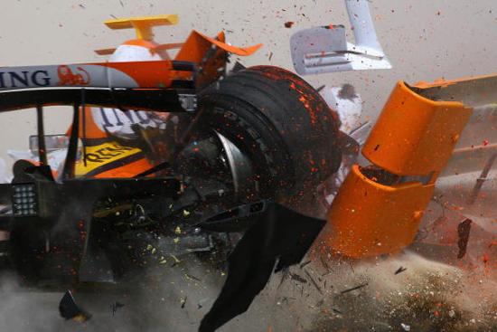 科瓦莱宁遭遇严重撞车右后悬挂崩裂的瞬间