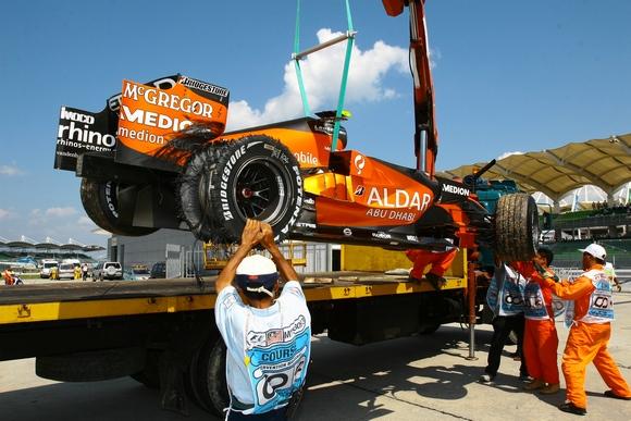 雪邦赛道周五现场纪实阿尔博斯的赛车被运向PIT