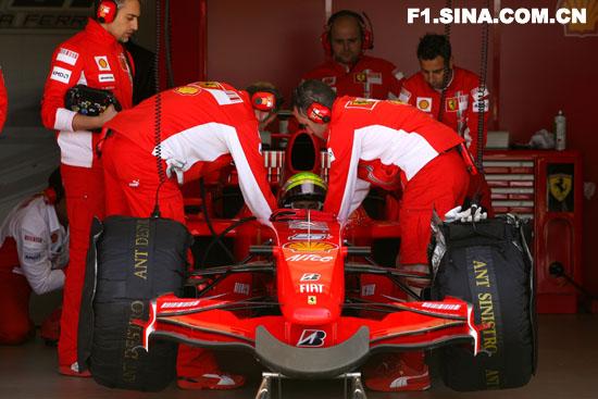 图文-F1车队保罗-里卡试车法拉利技师协助马萨