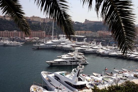 图文-F1摩纳哥站首次练习游艇齐聚摩纳哥港口