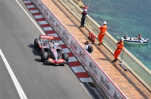 图文-F1摩纳哥站第二次练习阿隆索沿着港湾飞驰