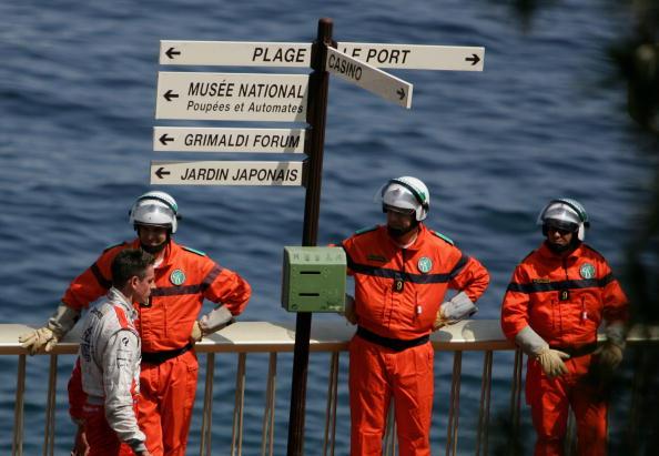 图文-F1摩纳哥站第二次练习赛道工人目送苏蒂尔