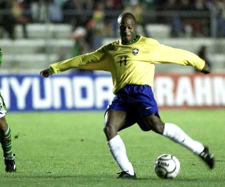 11月8日晨,巴西队在2002年世界杯预选赛南美赛区第17轮比赛中挑图片