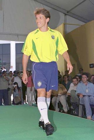 巴西队新队服亮相 儒尼奥尔T型台上展示图片