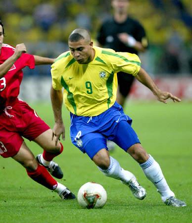 图文-世界杯半决赛巴西1-0土耳其 罗纳尔多突破