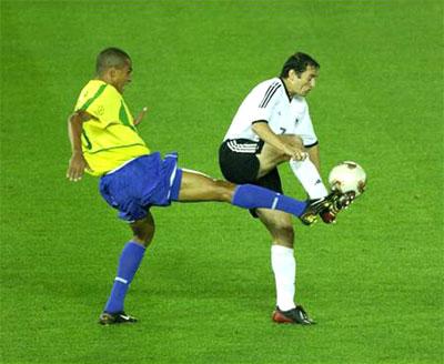 图文-世界杯决赛德国vs巴西 席尔瓦偷袭诺伊