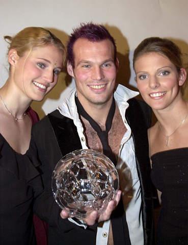 永贝里获瑞典金球奖 两大美女 护身 好不得意