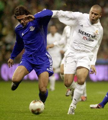 """皇马队的""""世界足球先生""""罗纳尔多(右)与代表世界明星"""