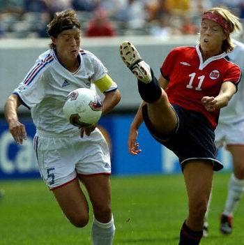 图文-女足世界杯揭幕战挪威vs法国 皮特森倒踢紫金冠
