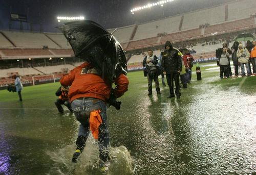 西甲-大雨浸没塞维利亚巴萨比赛延期是福亦是祸