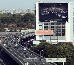 切尔西大幅广告伫立伦敦街头你能否认全七大巨星(图)
