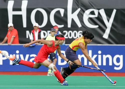 图文-女曲世界杯中国0-1西班牙麦少颜奋力追防