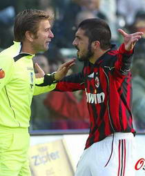 意甲焦点战-AC米兰0-2负落后17分两判罚引争议
