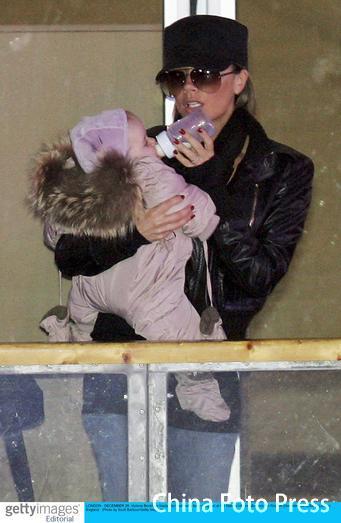 小贝日本遇女粉丝熊抱辣妹喂奶散发母性光芒(图)
