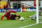 图文-[冠军杯]勒沃库森3-0皇马皮球缓缓滑门而过