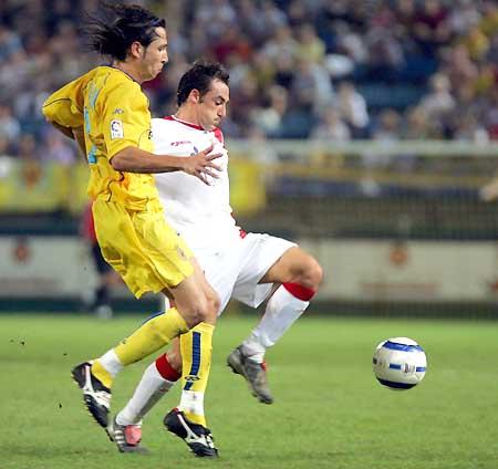 图文-维拉里尔0-0塞维利亚先出一脚将球破坏