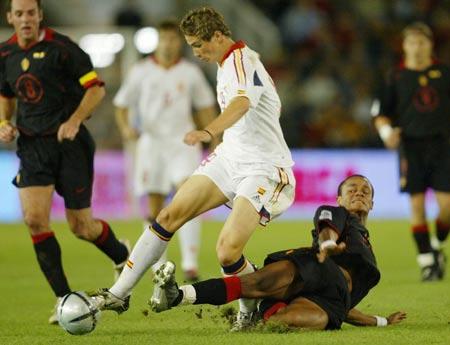 图文-预选赛西班牙2-0比利时后卫舍腿抵挡托雷斯
