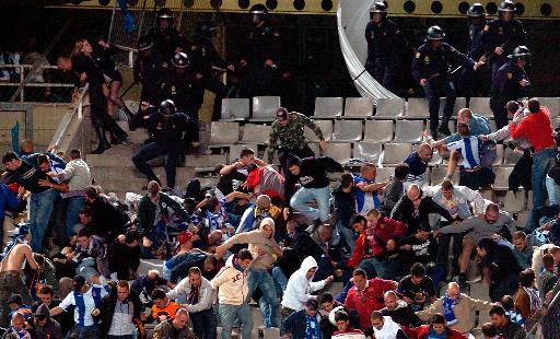图文-[西甲]西班牙人0-1巴萨看台球迷对抗警察