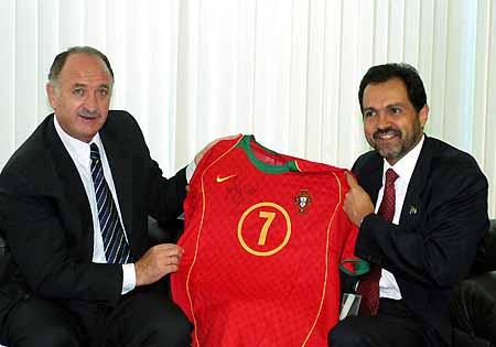 图文-斯科拉里巴西之行赠出国脚菲戈的球衣
