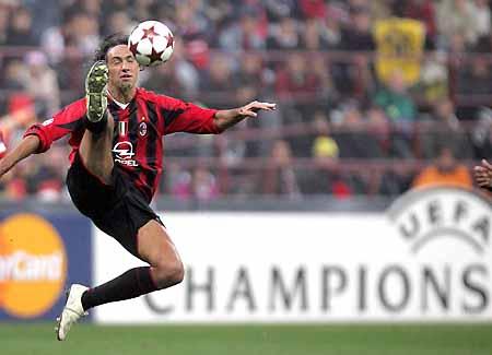 图文-[冠军杯]AC米兰1-0巴萨内斯塔倒踢紫金冠