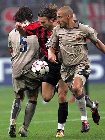 图文-[冠军杯]AC米兰1-0巴萨硬从两人中间挤过