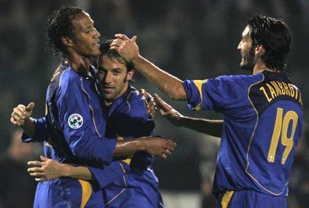 图文-[意甲]锡耶纳0-3尤文泽比纳拥抱皮耶罗