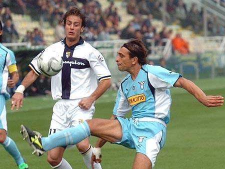 图文-[意甲]帕尔马3-1拉齐奥吉拉迪诺注视对手停球