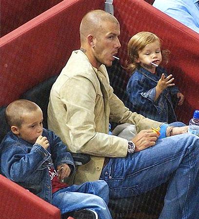 图文-贝克汉姆的幸福生活父子三人齐吃棒棒糖