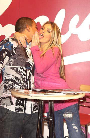 图文-性感乔丹与男友激情亮相香舌献上桃色激情