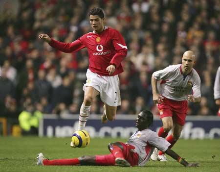图文-[冠军杯]曼联2-1里昂小小罗飞越对手铲抢