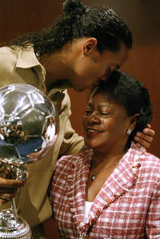 图文-小罗荣获南美最佳球员获奖不忘感谢母亲