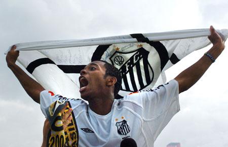 图文-巴西锦标赛桑托斯夺冠罗比尼奥欢呼雀跃