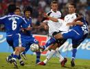 图文-[友谊赛]泰国1-5德国库兰伊与对手玩摔跤