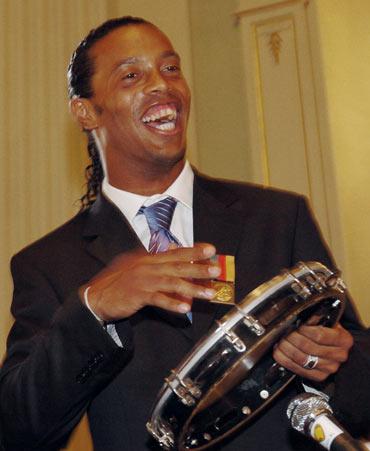图文-小罗在家乡获得表彰小罗亲自演奏桑巴舞曲