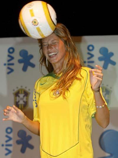图文-巴西性感模特也为球狂班臣杂耍挑战小罗