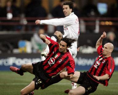 图文-[冠军杯]AC米兰VS曼联米兰两铁卫阻截范尼