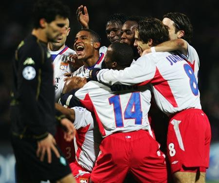 图文-[冠军杯]里昂7-2不来梅里昂队员疯狂庆祝