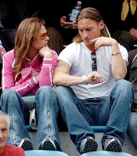 图文-布拉茜6月与托蒂奉子成婚电视上公开怀孕消息