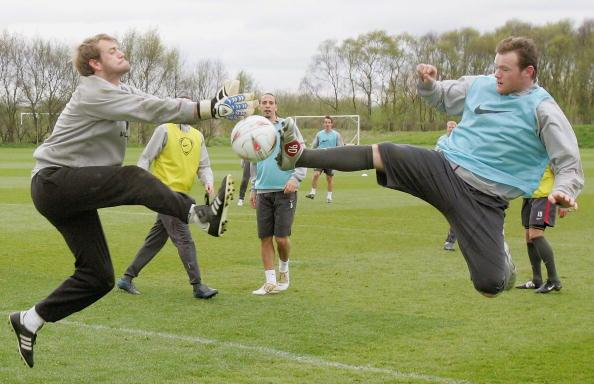 图文-曼联备战足总杯半决赛鲁尼对队友下脚
