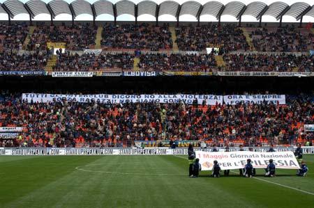 """图文-[意甲]国米2-0卡利亚里球迷表达""""反对暴力"""""""