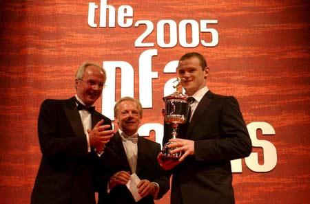图文-英超官方最佳评选出炉埃里克森为鲁尼颁奖
