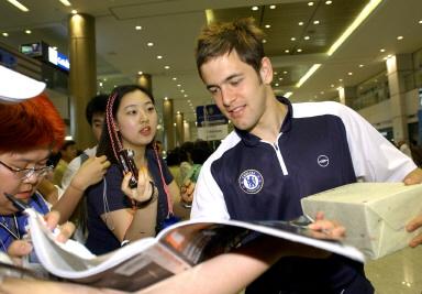 图文-切尔西队开始亚洲之旅乔-科尔为球迷签名