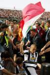 图文-[意甲]利沃诺2-2尤文图斯卡纳瓦罗举旗庆祝