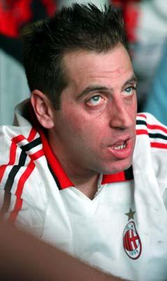图文-利物浦AC米兰球迷比拼球迷不敢相信结果