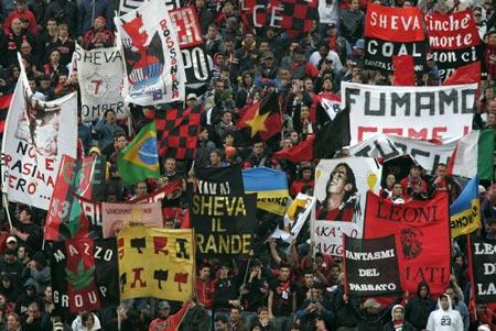 图文-利物浦米兰球迷大比拼在红黑色调中的米兰球迷