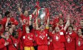 图文-利物浦战胜米兰获冠军杯奖杯被拥在红色海洋中