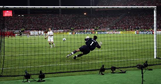图文-利物浦战胜米兰获冠军杯杜德克扑出点球