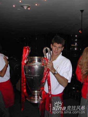 图文-英雄利物浦离开土耳其杰拉德不舍冠军奖杯