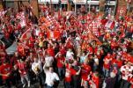 图文-英雄利物浦返回英格兰红军球迷骄傲自豪